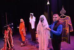 """Fabularia Teatro.Raúl Gómez  con uno de los títeres del montaje de """"El Señor de Bembibre 2.1."""", en el Teatro Bérgidum (Ponferrada, León)"""