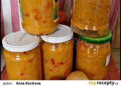 Lečo bez zavařování-1 kg cibule 1 kg čerstvých paprik 1 kg rajčat 200 ml oleje 200 g hořčice plnotučné 35 g soli 35 g cukru. Zeleninu si očistíme a nakrájíme na kolečka nebo jak jsme zvyklí, rajčata je možno oloupat, dáme do hrnce olej a vsypeme cibuli a papriky, podusíme pod poklicí-pustí dostatečně tekutiny. Potom přidáme rajčata, opět podusíme, osolíme a osladíme, nakonec dáme malý tj. 200 g kelímek hořčice a opět provaříme. Ještě vroucí plníme do sklenic, zavíčkujeme a postavíme dnem… Meals In A Jar, Preserves, Pesto, Pickles, Cucumber, Kimchi, Frozen, Food And Drink, Cooking Recipes