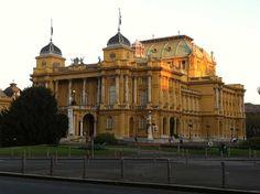 Teatro Nacional de Zagreb, característico por sus fachadas, tamaño y los jardines tan cuidados que lo rodean