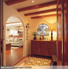丰彤設計Fontal Interior Design張書源設計總監玄關設計,以復古地磚拼花搭配實木格柵的天花造型及拱型入口,傾注南歐鄉村風格的樸質意趣。