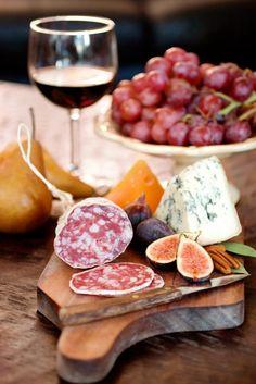 Vino, fruta, embutido y queso... buena combinación !