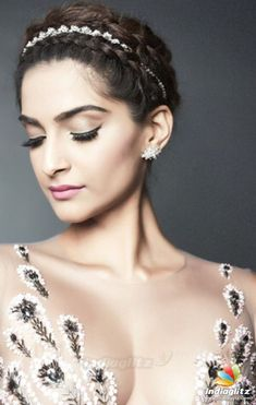 Sonam Kapoor, how can you manage to look so hot? Bollywood Photos, Indian Bollywood Actress, Bollywood Stars, Bollywood Fashion, Indian Actresses, Bollywood Girls, Hindi Actress, Tamil Actress Photos, Indian Celebrities