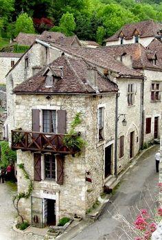 Le village médiéval de Saint-Cirq-Lapopie (Lot, Occitanie, France). Voir Wikipédia https://fr.wikipedia.org/wiki/Saint-Cirq-Lapopie.