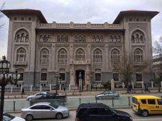 ZİRAAT BANKASI GENEL MÜDÜRLÜĞÜ - 1929 ANKARA, Mimar: Giulio Mongeri. İlk ulusal mimarlık döneminin karakteristik yapılarından olan banka binası 1929 tarihinde tamamlanmıştır. Bodrum ve yüksek zemin üzerindeki kat, bir asma kat ve çatıdan oluşmuştur. Katlarda mekanlar ortada banka holü çevresine yerleştirilmiştir. İçte tüm ögeler Selçuklu ve Osmanlı süsleme sanatından alıntılarla zenginleştirilmeye çalışılmıştır. 1981 yılında Türkiye'nin ilk banka müzesi olarak hizmete açılmıştır.
