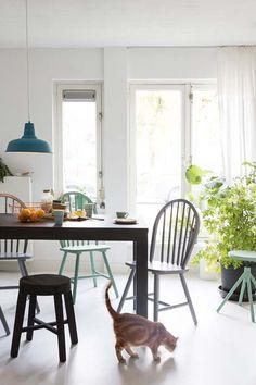 KARWEI |Geef de eettafel een frisse uitstraling door te kiezen voor een stoel of kruk in een vrolijke kleur. #eetkamer #wooninspiratie #karwei