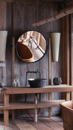 baño rústico, lavabo sobre mesa como encimera, bañera exenta madera, suelo parquet
