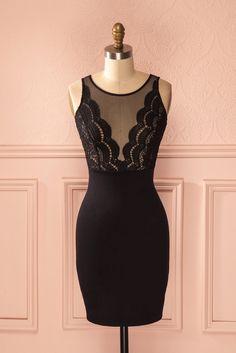 Filet et dentelle savent cacher tout en révélant. Mesh and lace know how to hide while revealing. Black lace and mesh low cut bust dress www.1861.ca
