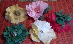 Flores para roches, tocado o prendidos en tela. Se realizan en muchos modelos y colores. Cabbage, Vegetables, Plants, Tela, Templates, Headdress, Events, Colors, Cabbages