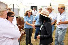 Reynoso en la ExpoActiva. La embajadora de Estados Unidos, Julissa Reynoso se detuvo en el stand de la Organización de la ExpoActiva para conversar con los organizadores y felicitarios por la exitosa feria.