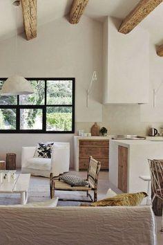 Poutres apparentes pour le salon de cette grange rénovée en Provence