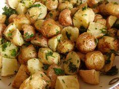 A petrezselymes újburgonya sokunk igen kedvelt körete, ám ezt is többféleképpen készíthetjük. Most megmutatom, hogy melyik a kedvencem. Aki eddi Potato Salad, Side Dishes, Food And Drink, Potatoes, Vegetables, Ethnic Recipes, Drinks, Drinking, Beverages