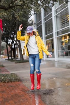 joules yellow rain jacket red hunter boots Yellow Rain Boots, Yellow Rain Jacket, Red Hunter Boots, Cute Rain Boots, Hunter Boots Outfit, Snow Boots, Trendy Fall Outfits, Spring Outfits, Joules Clothing