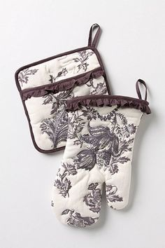 Rococo Potholder and Oven Mitt, Cream contemporary oven mitts and pot holders Loft Style, My Style, Kitchen Gloves, Fancy Kitchens, Fall Gifts, Oven Glove, Hot Pads, Kitchen Items, Pots