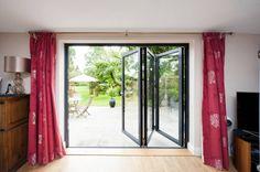 窓と一概に言えども、窓にはたくさんの種類があります。同じ部屋でも、窓が違うと一気に印象が変わります。