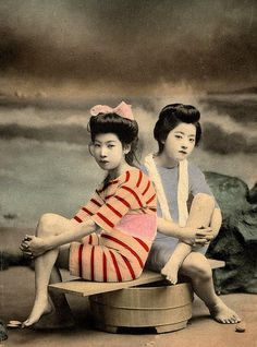 This set from Okinawa Soba contains colorized photos of mostly geisha and maiko posing as bathing beauties during the Meiji and Taisho eras. Vintage Abbildungen, Photo Vintage, Vintage Girls, Vintage Postcards, Vintage Pictures, Old Pictures, Old Photos, Vintage Japanese, Japanese Art