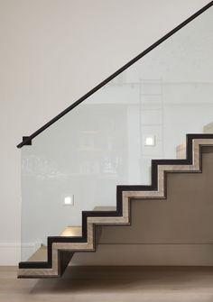 Escada super moderna com guarda corpo de vidro e corrimão de ferragem em cor preta