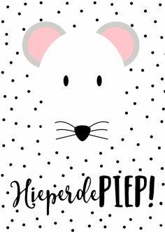 Witte kaart met zwarte stipjes en een lief muisje. Om te sturen om te feliciteren.