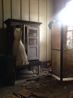 Room found in abandoned Alabama plantation house. Amazing that these items are still there.