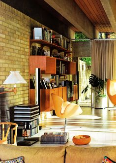 """Completed in 1962 Bright House was designed by Danish architect Jorn Utzon. Seen here is the classic Arne Jacobsen 'Swan chair', Hans Wegner's """"Wishbone/Y chair' and a 'Royal System' wall unit designed by Poul 'Cado' Cadovius. Mid Century Living Room, Mid Century Decor, Mid Century House, Mid Century Furniture, Mid Century Design, Mid-century Interior, Modern Interior, Interior Architecture, Interior Design"""