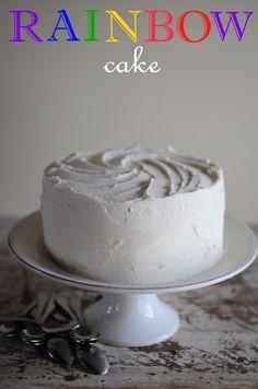 Et petite surprise en fin de billet :o) Le Rainbow Cake, le gâteau typique Américain pour les anniversaires des petites filles. Le Rainbow Cake un gâteau avec des couches de couleurs saturées rappelant l'arc-en-ciel et avec la bonne crème au beurre (que...