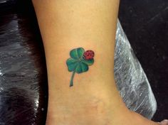 Tatuagem / Joaninha / Inseto / Trevo / Colorida / Tornozelo / Tattoo / Ladybug / Bug / Clover / Colorful / Ankle #studio900 #crismaia