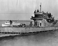 1945 - 14. Mai - USA, US-Seeleute auf der Brücke des deutschen U-Bootes U-858 (Typ IX -C / 40), das zur Kapitulation kommt