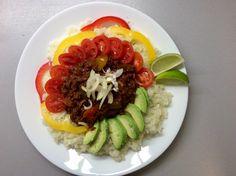 """Mexická masová směs se zeleninou, avokádem, limetkou a květákovou """"rýží"""""""