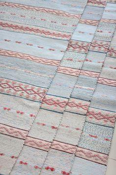 LOPPBERGA : Tokig i trasmattor på Loppberga - blog om en väverskas vardag, inspiration och mattor Weaving Textiles, Tapestry Weaving, Swedish Home Decor, Soothing Colors, Weaving Projects, Scandinavian Art, Recycled Fabric, Weaving Techniques, Rug Hooking