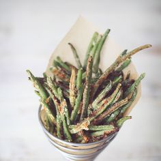 Crispy Baked Parmesan Green Bean Fries recipe from Dashing Dish. Ingredients: 1 oz) bag of frozen whole green beans (or about 4 cups fresh), cup parmesan cheese, grated, tsp garlic powde. Green Bean Recipes, Veggie Recipes, Great Recipes, Favorite Recipes, Meatless Recipes, Beans Fry Recipe, Fries Recipe, Parmesan Green Beans, Fried Green Beans