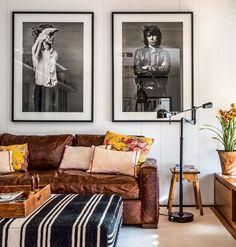 Sala de TV | Fotografias originais de Mick Jagger e Keith Richards, adquiridas na americana Morrison Hotel Gallery,se tornaram um orgulho do morador.Sofá, da Trama Casa, revestido de couro, da Sava Couros. Luminária Ralph Lauren Home. Projeto Ouriço Arq. (Foto: Foto: André Nazareth/Divulgação)