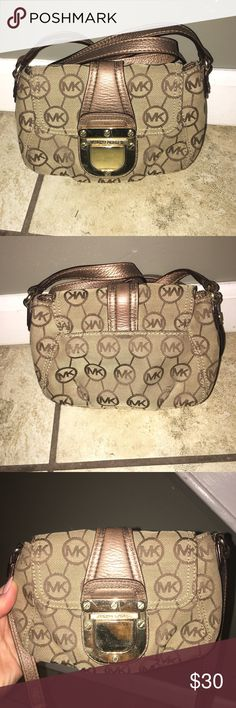 Michael Kors Crossbody Perfect for on the go !!! Gently worn crossbody with some scratches on the metal hardware but still in good condition Michael Kors Bags Crossbody Bags