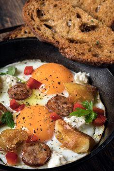 Αυγά με πιπεριές, σουτζούκι & φέτα   Γιάννης Λουκάκος Feta, Breakfast Recipes, Ethnic Recipes