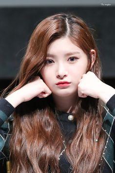 Korean Beauty Girls, Beauty Full Girl, Kpop Girl Groups, Korean Girl Groups, Beautiful Freckles, Kpop Girl Bands, Mixed Girls, Yuehua Entertainment, Kpop Guys