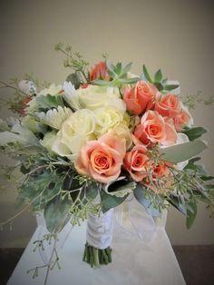Bouquet de mariée au ton de crème, pêche et menthe, composé d'hydrangea, rosettes,roses, eucalyptus, dusty et de plantes grasses. Bouquet signé L'espace fleurs et déco.