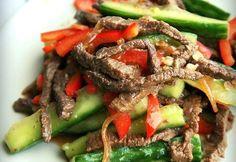 Вкуснейший салатик, радует правильно сочетанием мяса и овощей.  Стоит только попробовать этот салат - равнодушных не останется.  Готовится легко и быстро.А главное этот салатик очень полезный и диетический.