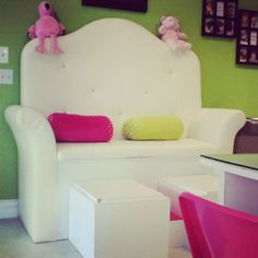 Pedicures for kids at the Jack and Jill's children's salon and spa in Boulder. Kids Salon, Home Salon, Spa Day At Home, Home Spa, Cute Mothers Day Ideas, Childrens Salon, Girl Spa Party, Kids Spa, Pedicure At Home