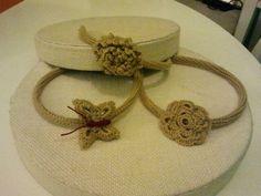 Diademas en beige de ganchillo, con flor, mariposa o anémona