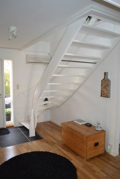 Vitmålad trappa