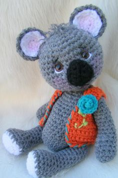 This cute koala works up quickly with any medium worsted weight yarn, a G hook and basic crochet stitches (sc, hdc, crocheting in the round), Skill level = Easy. Crochet Bear, Cute Crochet, Crochet Animals, Crochet Dolls, Crochet Hats, Crochet Toys Patterns, Amigurumi Patterns, Stuffed Toys Patterns, Amigurumi Tutorial