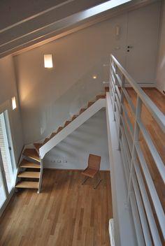 #Escalier - Quart tournant, limons latéraux, marches en bois, structure en acier, garde-corps en verre. Découvrez les réalisations d'escaliers de L'Échelle Européenne sur www.escaliers-echelle-europeenne.com