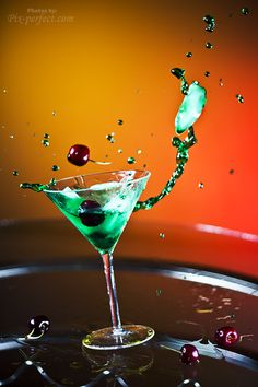 Motion Photography: Marini in a Splash. Motion Photography, Glass Photography, Light Photography, Photography Photos, Product Photography, Food Table Decorations, Types Of Shots, Abstract Pictures, Splish Splash