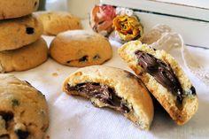 I frollini alla nocciola con gocce di cioccolato ripieni di nutella sono dei biscotti molto golosi ma semplicissimi da preparare. Ecco la ricetta