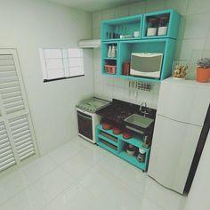 Bom diia!  Para quem gostou da cozinha sem armários que postei outro dia, apenas com nichos e prateleiras, aqui vai mais uma para se inspirar.  #decorfeelings via #Pinterest.