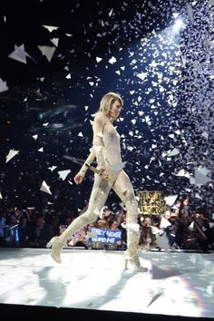 paper airplanes flying flying flying.. // 1989 Tour