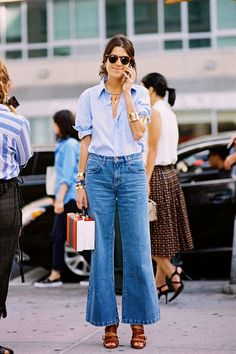 Leandra Medine of The Man Repeller wearing flared cropped jeans. Cropped Jeans, Wide Leg Jeans, Denim Pants, Skinny Jeans, Office Looks, Denim Fashion, Look Fashion, Fashion Models, T Shirt Branca