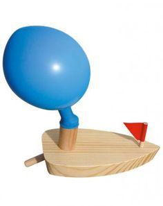 Boot aus Holz mit Ballonantrieb in braun
