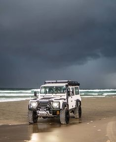 Lovely picture, moody clouds 💨💦 Carros Off Road, Land Rover Defender 110, Landrover Defender, Land Rover Models, Offroader, Off Road Adventure, Toyota Fj Cruiser, Expedition Vehicle, Lifted Ford Trucks