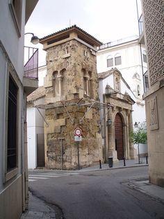 Vista del alminar árabe y de la portada de la iglesia de San Juan de los Caballeros de Córdoba