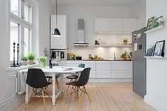 Una cocina abierta en un apartamento de estilo nórdico. Fantástica la luminosidad que tiene ...