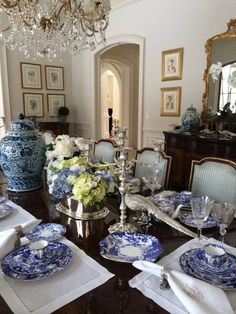 Classic dining room with understated elegance – definitely Chinoiserie Chic!